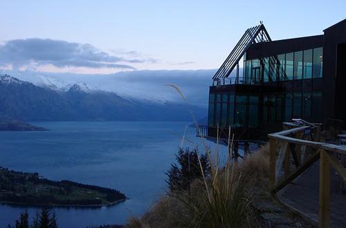 Un ristorante situato in cima all'edificio più alto della città neozelandese, con vista della skyline, delle montagne circostanti e del lago Wakatipu
