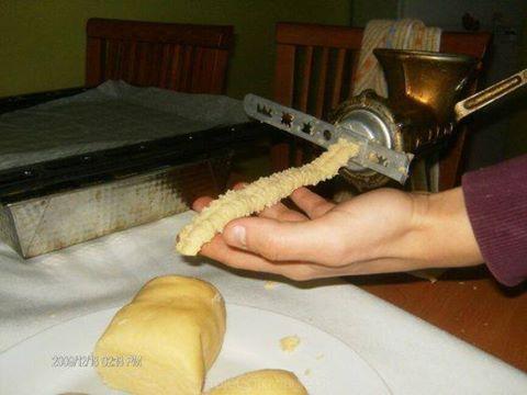 325g mąki,150gmasła,3żółtka,2łyzki gęstej smietany,1/2łyzki smalcu(smalec zwiększa kruchosc ciasta)1/2 łyżeczki proszku do pieczenia,1/2łyżeczki amoniaku,szczypta soli,wanilia; 1/2szkl cukru Mąkę przesiac z proszkiem i amoniakiem do pieczenia,dodac masło posiekane na drobno nożem,dodac pozostałe składniki i zagniesc ciasto,uformowac kulę,zawinąc w folię spożywczą.Pozostawic w lodowce na około godziny,schłodzone ciasto wkładac do maszynki ze specjalną koncowką do ciastek i formowac…