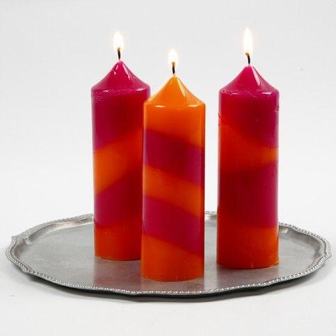 Gestreepte Kaarsen Voor alle benodigdheden, kijk even bij De Crea Shop. Kaarsen met strepen zijn gemaakt door de kaarsen was in de vorm te gieten die bevestigd zijn op de vormenhouder.  Stap ...