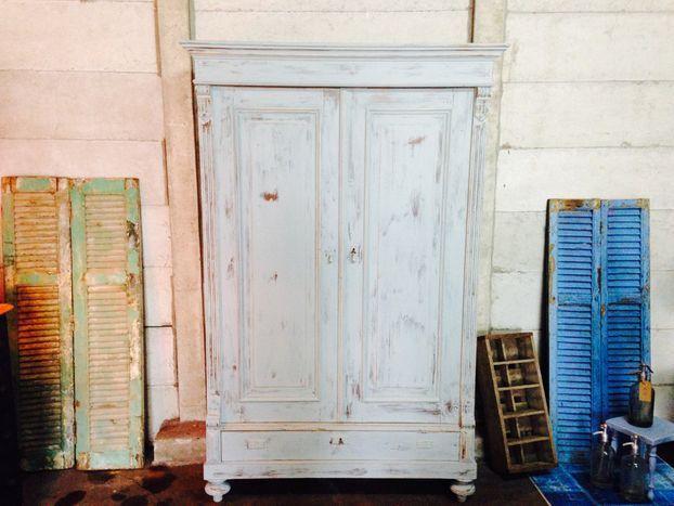"""Landelijke antieke Franse kast """"Mineral Grey"""", te koop"""