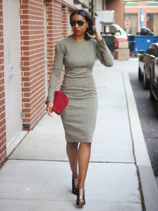 Серое платье-футляр с длинными рукавами в деловом стиле