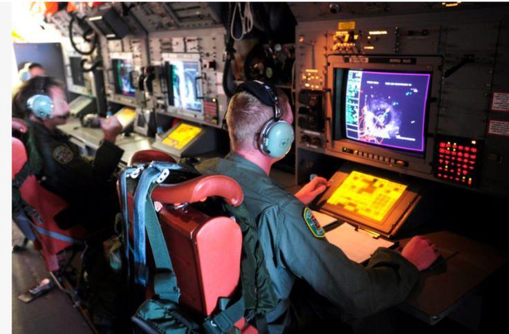 Controladores de vôo em sala de controle do tráfego aéreo.