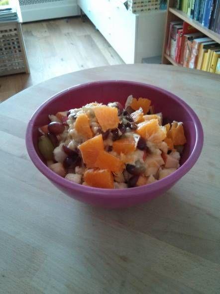 Een heerlijke friszoete salade van rauwe bloemkool en fruit.