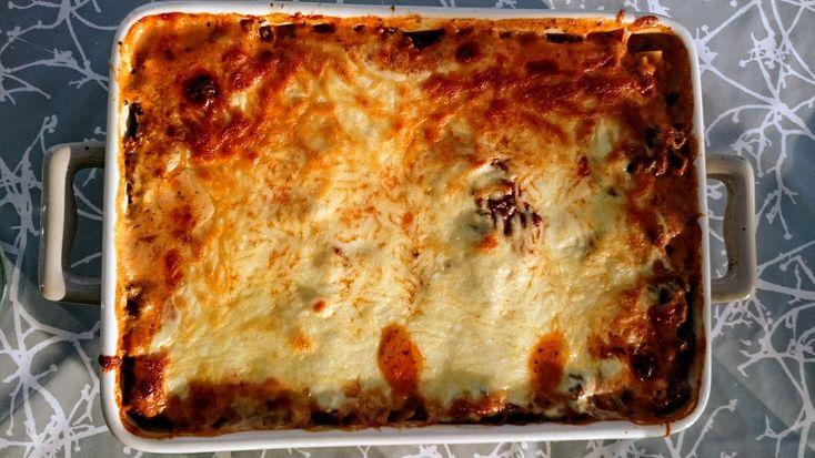 """Lasagne er et stort hit herhjemme! Alle spiser det med stor velbehag og jeg kan nemmere """"lokke"""" gode sunde ting i mine børn uden de opdager det 😉 Jeg laver altid lasagnen fra bunden, for det synes jeg helt klart den bliver bedst af og det tager ikke meget længere tid end en færdig pakke.Continue Reading"""