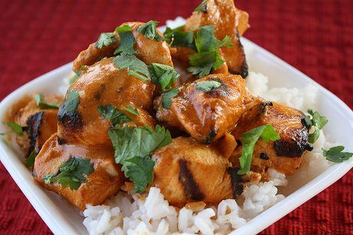 Kurczak tikka masala to ugrilowane i deliktnie przyprawione kawałki mięsa piersi kurczaka w sosie pomidorowym. Skąd pochodzi chicken tikka masala dokładnie nie wiadomo i rozbieżności są duże: od indyjskiego Pundżab'u do Londyńskich restauracji w SOHO. składniki na 4 porcje: marynata:…