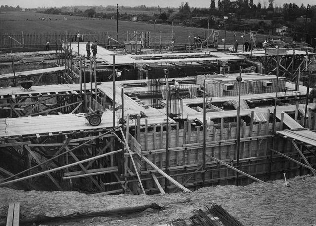 1958. Gezicht op het in aanbouw zijnde rioolgemaal aan de Ezelsdijk te Utrecht.  N.B. De straatnaam Ezelsdijk is in 1967 gewijzigd in Van Esveldstraat.
