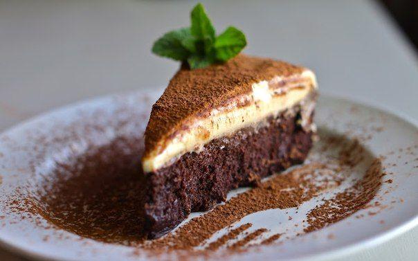 Трюфельный торт с муссом из белого шоколада   Ингредиенты:  Горький шоколад – 220 г  Сливочное масло – 220 г  Сахар – 1 стакан  Яйцо – 6 шт ...