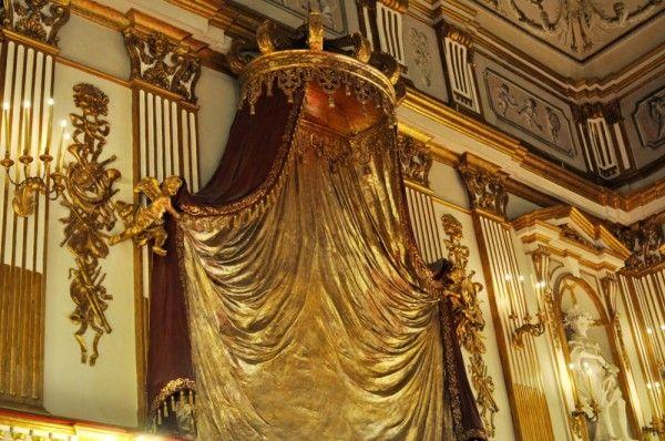 Palazzo Reale, Napoli visita all'interno delle stanze della residenza reale il teatro gli stucchi gli arazzi la cappella arredamento barocco borboni settecento