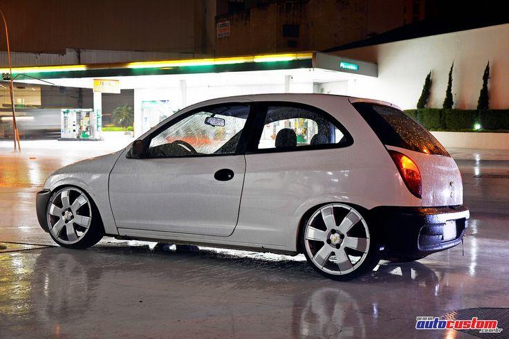 """Chevrolet Celta, ano 2003, cor branca, de Rodrigo """"Low"""" da cidade de São Paulo e integrante do clube WhipZ. Customizações: Rodas aro 17 modelo Montana com"""