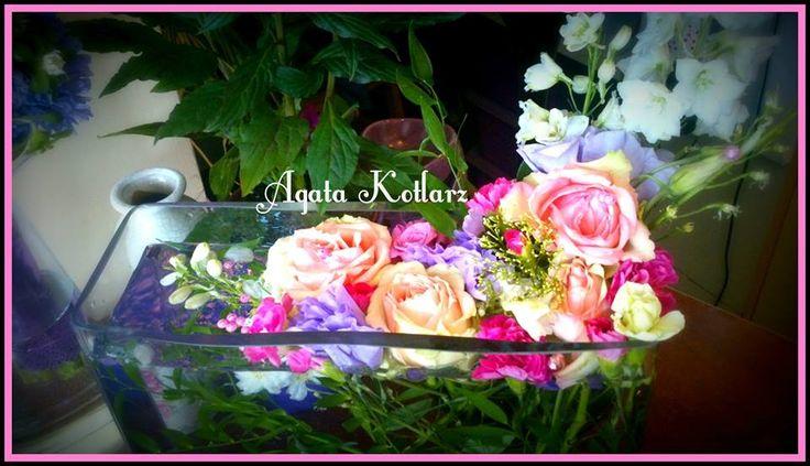 Pływająca kompozycja z żywych kwiatów w szkle.