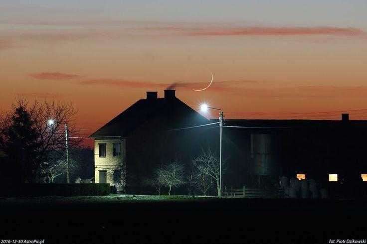 Excelente imagen de la Luna creciente tomada al atardecer del viernes, 30 de diciembre de 2016