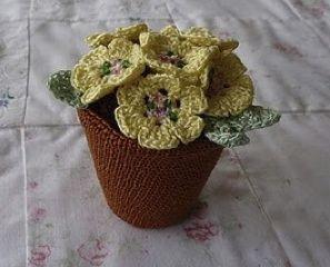 maceta con flores de crochet http://hastaelmonyo.com/wp-content/uploads/2011/11/maceta_flores_hastaelmonyo.pdf