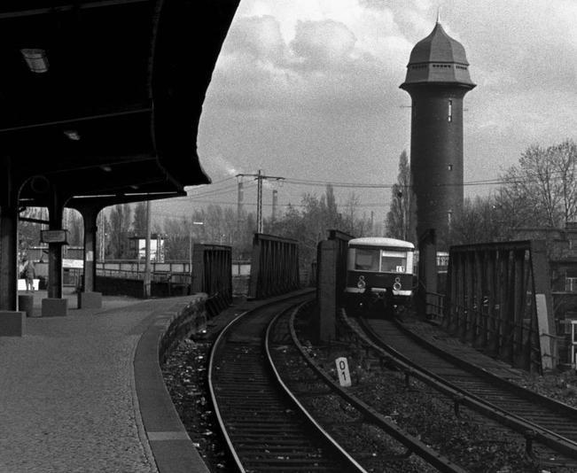 Eine S-Bahn passiert die alte Bruecke am Ostkreuz (70er J.)