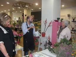Los floristas usan la creatividad y el conocimiento de las plantas para crear adornos florales