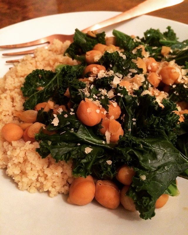 This was so yummy! Just set the Couscous, fry the precooked chickpeas in a pan together with garlic and ginger. Add a splash of soy sauce and a little bit of nutritional yeast. Then put the washed kale in the pan and let it steam for a 1 or 2 Minutes. And dinner is ready!😊😍 #quickdinner#vegan#veganfoodshare#veganfoodporn#soyummy#kale#chickpeas#easytocook#quickandhealthy  Yummery - best recipes. Follow Us! #veganfoodporn