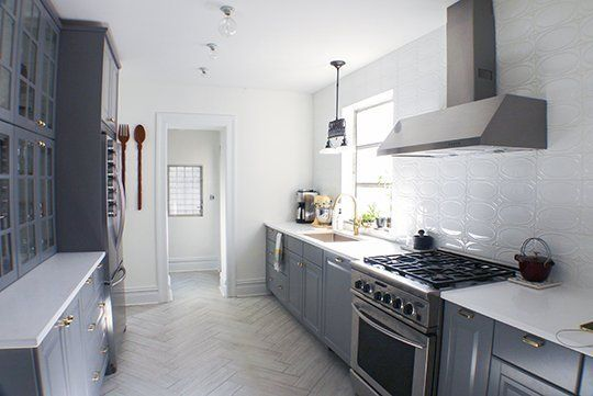 Cocina iluminada con detalles blancos y grises