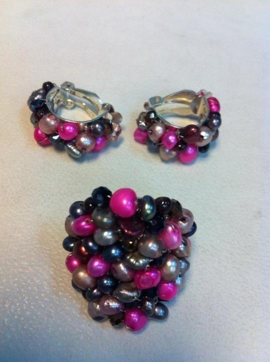 Aros y anillo hilado con perlas de río y cristales.