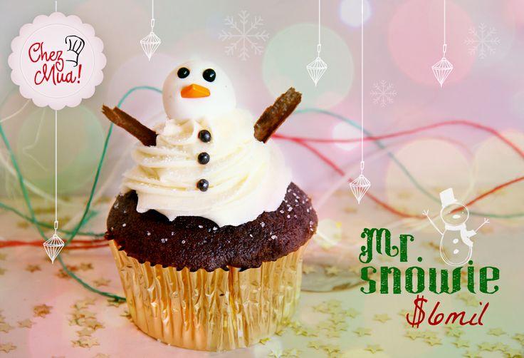 Es un travieso muñeco de nieve, que no le importó venir desde tierras frías a adornar tus noches navideñas. Disfrútalo aquí https://www.facebook.com/chezmua/app_137541772984354  #cupcake #navidad #calico