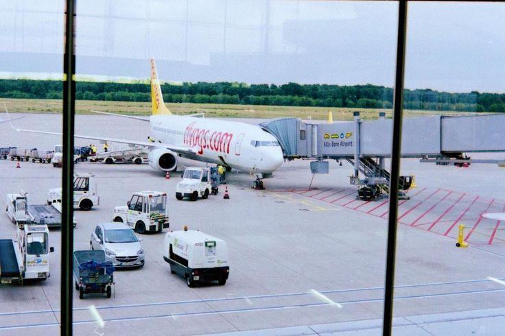 Wir sind letztens übrigens mit @Ryanair nach London geflogen. Ganze 10 Euro hat der Hin- und 10 Euro der Rückflug gekostet. Früh genug buchen zahlt sich halt aus :D  #airport #cgn #cologne #köln #flughafen #flight #thisiscologne #minolta #x700 #analog #photography #35mmphotography #35mm #fuji #35mmcolor #superia #fujifilm #analogphotography #filmcommunity #filmphotography #filmstagram #believeinfilm #filmfeed #streetphotography #analogic #filmphoto #filmforever #filmisalive