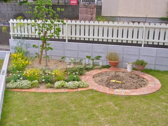 庭の花壇と砂場