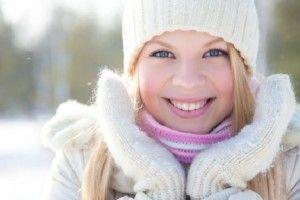 Уход за руками зимой. Руки всегда на виду и именно они могут выдать ваш возраст. Поэтому уход рукам необходим, а особенно в зимнее время. Холод и морозы не благоприятно влияют на тонкую кожу рук и только лишь смазывание рук кремом не достаточно.