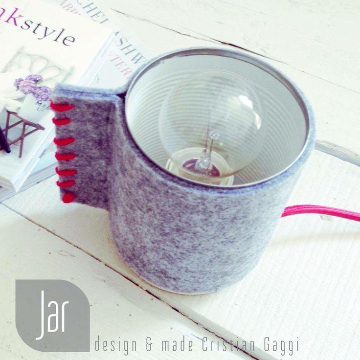 JAR Lampada da tavolo, barattolo in lamiera rivestito in tessuto grigio con cuciture rosse, cavo elettrico rivestito in tessuto rosso
