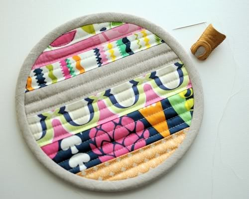 Good tutorial for putting bias binding on a circular potholder. Because, y'know, sometimes you need that.