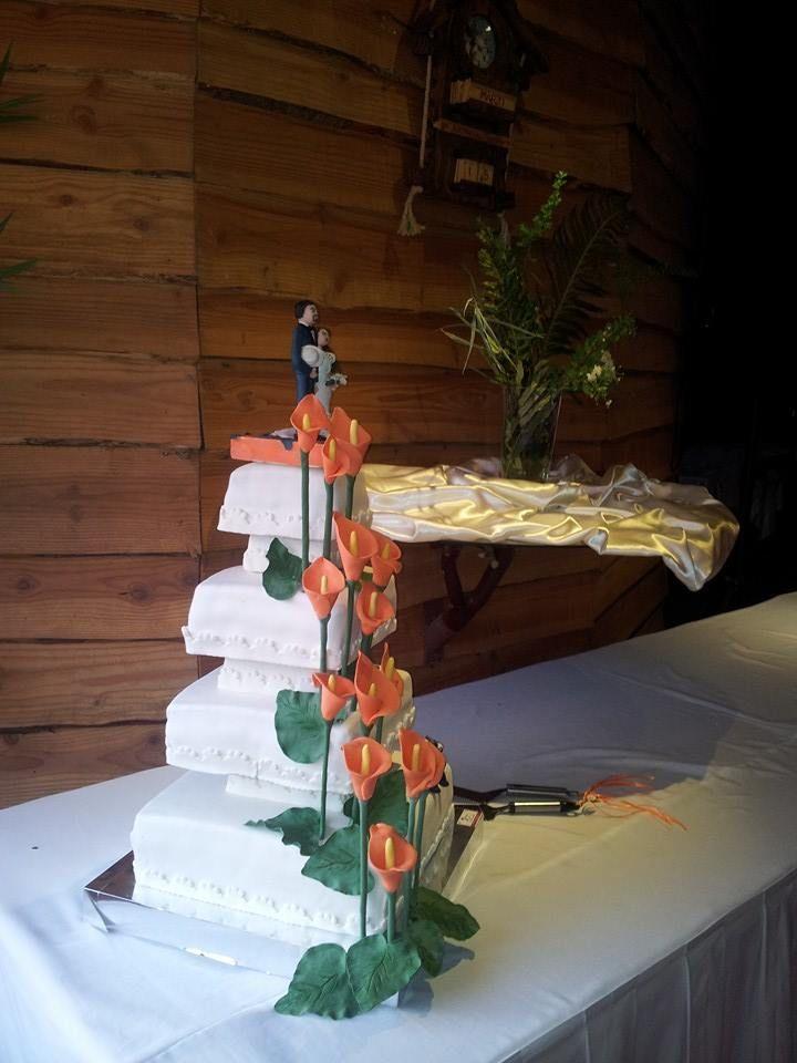 Torta de 4 pisos con un delicado diseño de Calas Naranjas..