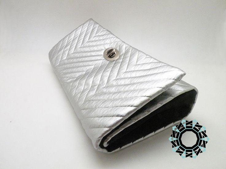 """Silver zigzags evening bag / Wieczorowa torebka """"Srebrne zygzaki"""" by Tender December, Alina Tyro-Niezgoda. More / Więcej: http://tenderdecember.eu/ladowniki/silver-zigzag-srebrne-zygzaki/ To buy/Aby kupić:http://tenderdecember.eu/shop/produkt/silver-zigzag-srebrne-zygzaki/"""
