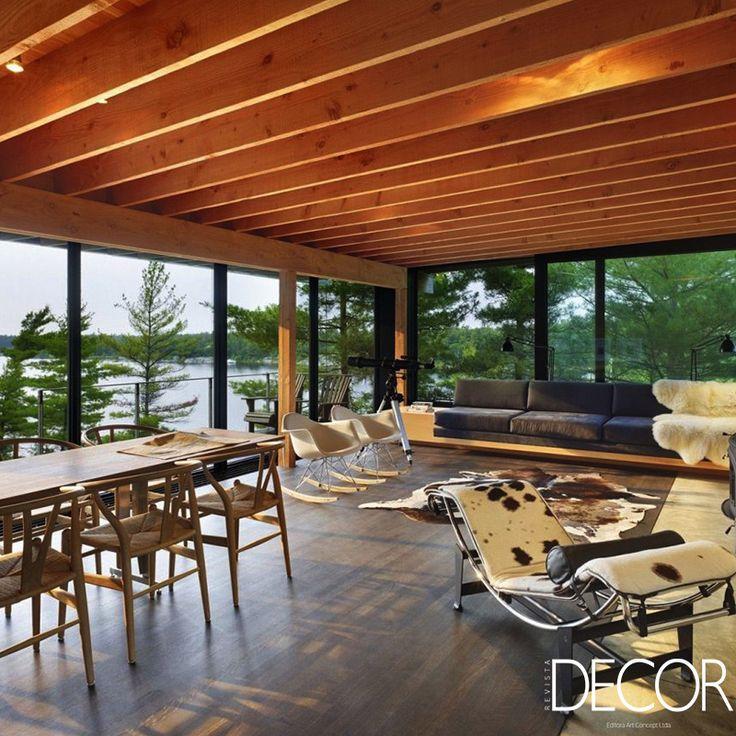 A morada  Go Home Bay Cabin, assinado pelo escritório Ian MacDonald Architect, dispõe de mobiliário e décor de estilo rústico que confere aconchego e bem-estar aos ambientes. O projeto arquitetônico revela abundância em vidro e linhas retas e angulosas.