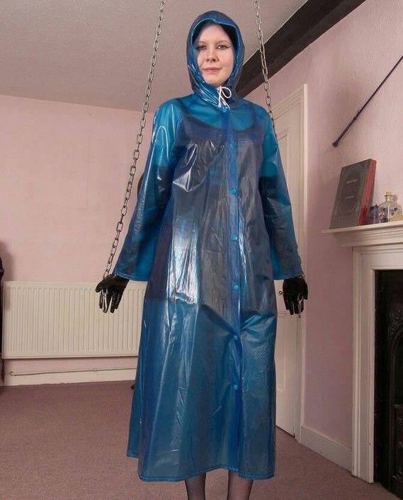 Kettenspiele mit blauem PVC Regenmantel