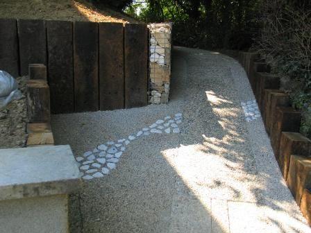 Un muret en traverses de chemin de fer dans votre jardin
