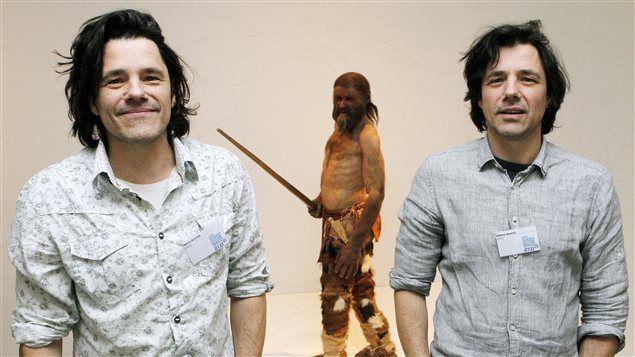 Les frères Adrie et Alfons Kennis devant la reconstitution d'Ötzi.