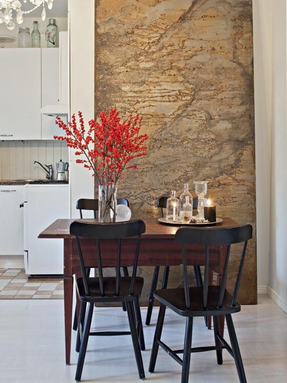 Kauniit valot ja harkitut koristeet tuovat joulutunnelmaa. Ruokapöytä on isovanhemmilta ja tuolit Ikeasta. Ruosteinen levy on yksi osa messuosaston seinää. | LUVASSA MAUSTEISIA GLÖGI-ILTOJA | Koti ja keittiö