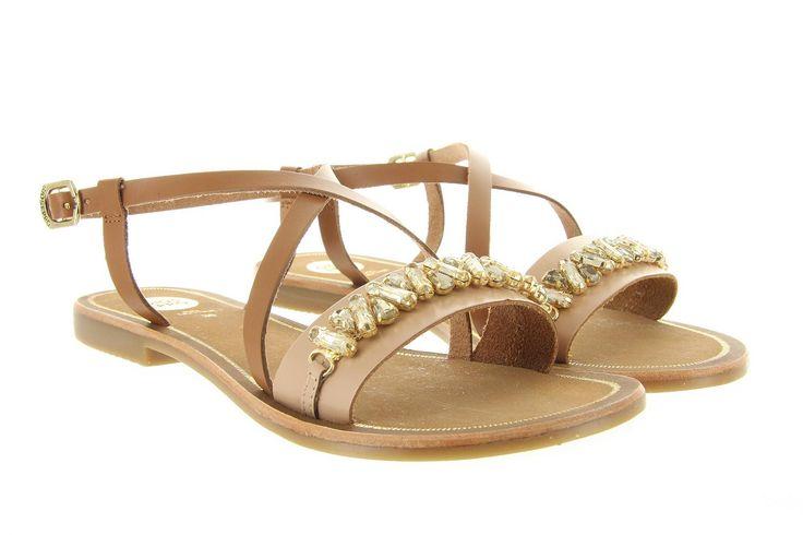 Sandalen Gioseppo Corcelles 32193 cognac, Deze klassieke sandalen van het merk gioseppo zijn gemaakt van leder in combinatie met een rubberen zool. De diamanten op de wreefband geven de sandalen een luxe uitstraling de perfect passen onder elke geklede outfit.