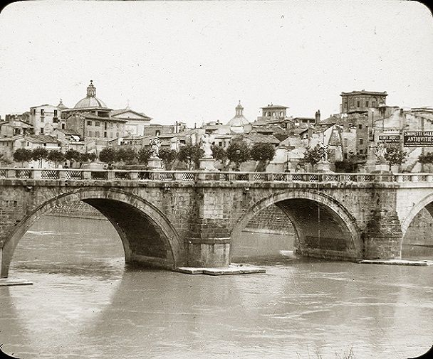 Ponte Sant'Angelo (noto anche come pons Aelius (Ponte Elio) – Notare i platani sul lungotevere appena piantati e gli edifici sventrati per la costruzione dei Muraglioni. Anno: 1900 ca.