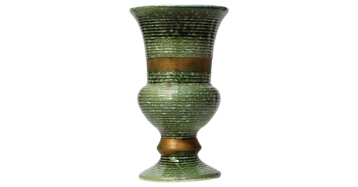Green & Gold Midcentury Vase, signed on bottom Hull USA 101 (225/99)