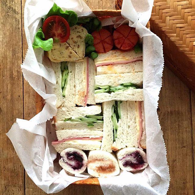 今日のお弁当 きゅうりサンドとハムチーズサンドブルーべりーといちごジャムロールケチャップソーセージゴマ入り玉子焼き隙間にアスパラとプチトマト  時間ギレで箸袋なしおまけにサンドイッチの上でケチャップソーセージを転がしてしまった(_)がびーん 今日はいいことあるのかな #お弁当#lunchbox#bentou#obento#sensdemasaki#sensdemasakivol2 by mogurapicasso http://ift.tt/1JUSutZ