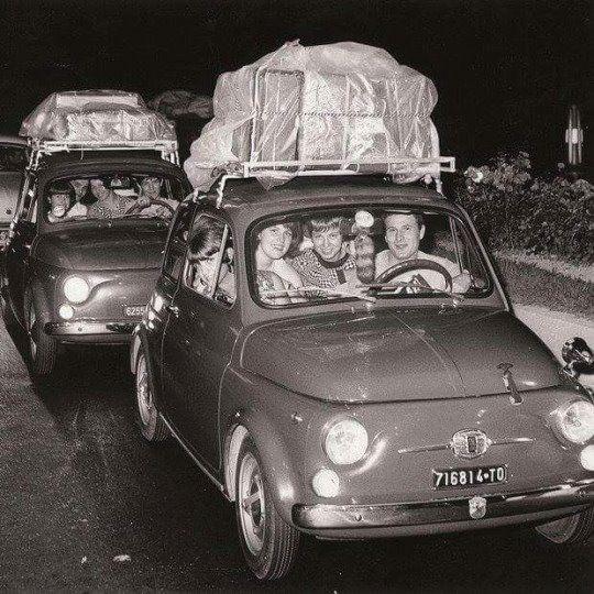 Quanto è spaziosa e comodosa una Fiat 500? ( By ilmarcino su Tumblr) Si viaggiava tranquillamente così!!! http://ift.tt/1lxIEna