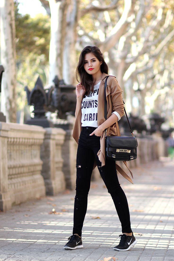 Vaquero negro botines gabardina camel camiseta mensaje