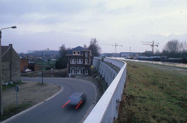 Het kanaal van Eisden naar Rekem, bij de kolenhaven van Eisden. Het gebouw toont de schaal van de mijnverzakkingen. De voordeur stond vroeger gelijk met het jaagpad. [B. Van Doorslaer/PCCE - 018a / 12]