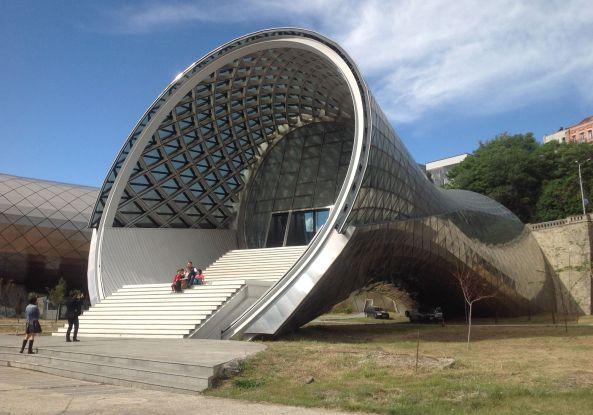 Fuksas, Tbilissi, UN Studio, Pilze, Würmer, stainless steel, Stahl, Stahlbeton, Hauptstadt, Georgien, Concert hall, exhibition hall