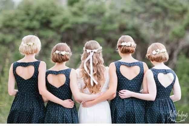 Ponle corazones a los vestidos de tus damas de honor. | 31 ideas extremadamente románticas para una boda