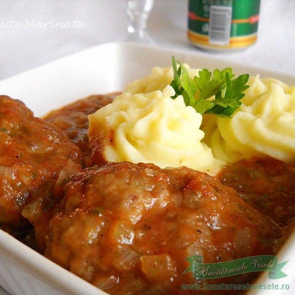 INGREDIENTE : 500 g carne tocata ( de preferat vita , manzat dar merge si cea de porc sau pasare ), 2 bucati ceapa, 2 oua, 1/2 legatura patrunjel verde, sare,piper, 3-4 linguri faina, 1-2 linguri zahar, 1 foaie dafin, 300 ml bulion(suc de rosii), 200 ml apa, 150 ml ulei, PREPARARE: Ceapa se curata …