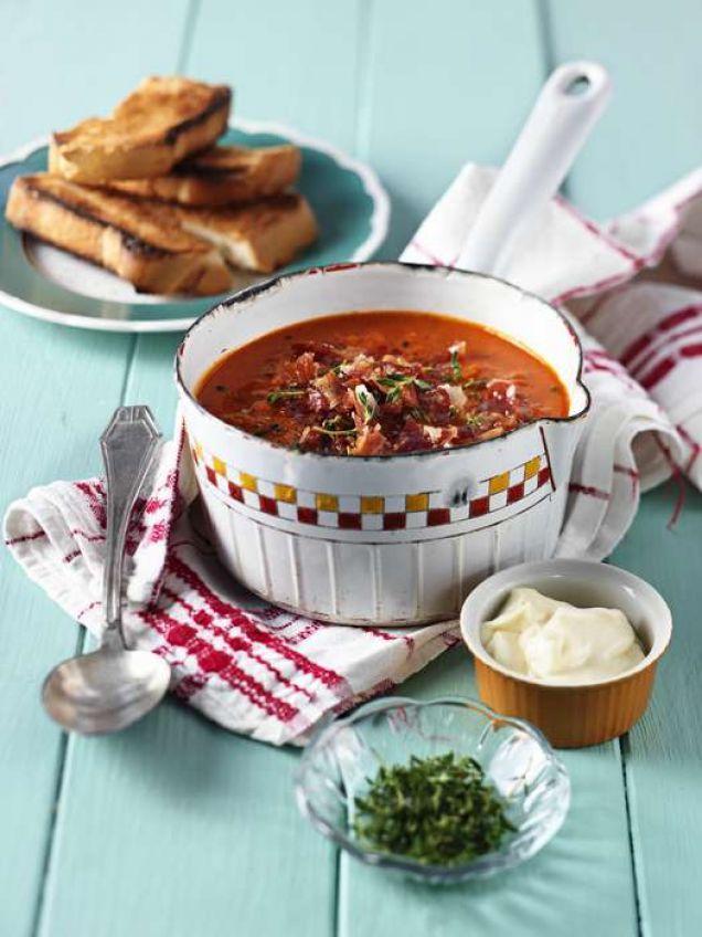 En mustig soppa med mycket smak lagar du på ett vanligt fiskblock. Soppan mixas slät och serveras med knaprigt pancettaströssel.