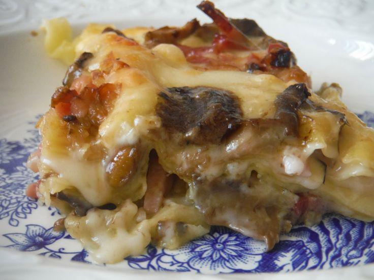 Ingredienti per una teglia media rettangolare Lasagne Fresche 1 confezione Funghi Porcini 500 g aglio 1 spicchio porri 2 speck 150 g Scamorza dolce in fett