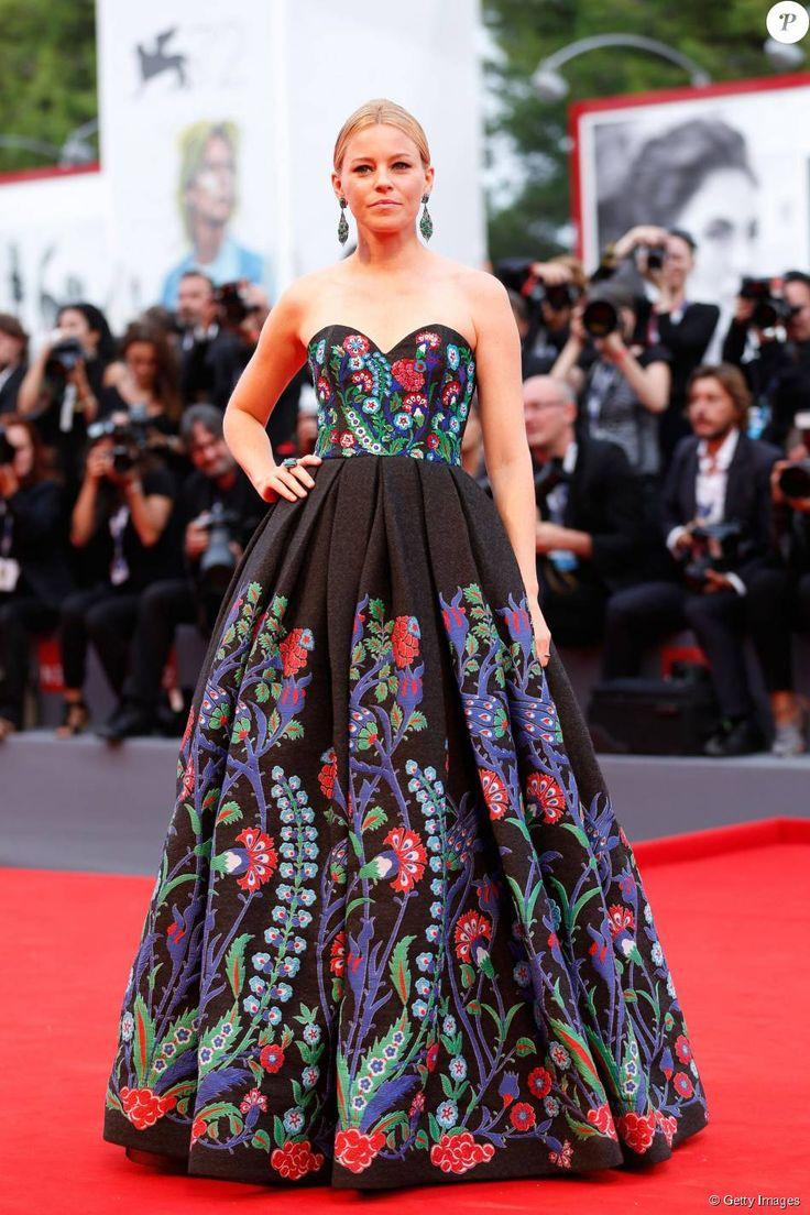 PHOTOS - Elizabeth Banks usou vestido floral de Andrew Gn e valorizou a  peça tomara que caia com cabelos presos no 3º dia do Festival de Veneza, ... 561bbca679