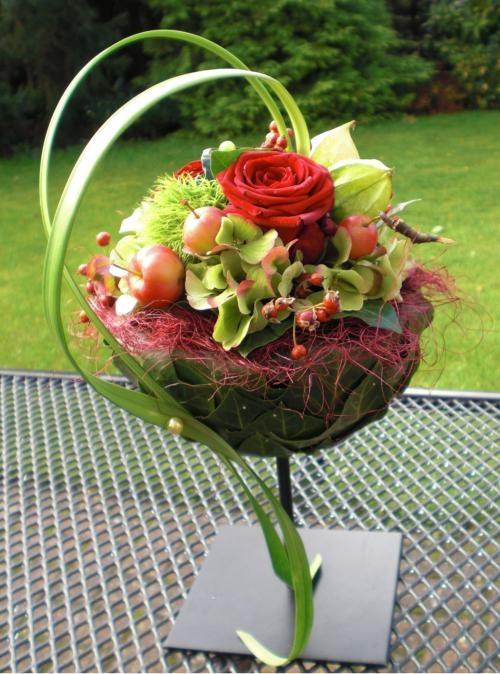 Herfst-bol op voet Halve bol op voet, wordt bekleed met blad en opgemaakt met een keuze uit diverse herfst-materialen/kleuren.