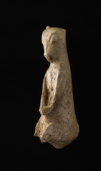 Ourson assis sculpté dans du bois de renne, provenant des Eyzies-de-Tayac (Dordogne), Magdalénien. (C) RMN-GP (MAN) / F.Raux. En savoir plus sur l'ours dans l'art préhistorique : http://musee-archeologienationale.fr/lours-dans-lart-prehistorique-0