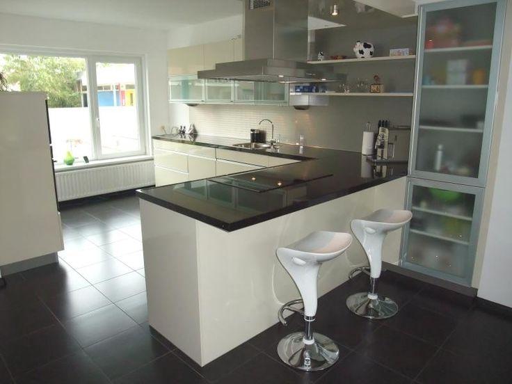 Een bar in de keuken maakt toch een afscheiding tussen de keuken en de woonkamer kitchen - Moderne keuken en woonkamer ...